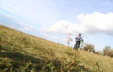 Bub auf Fahrrad vom Radverleih Mürner
