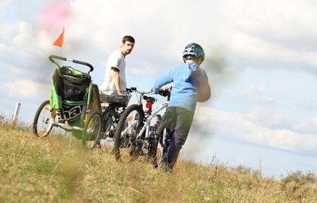 Mann und Bub mit Fahrrädern vom Radverleih Mürner