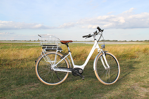 Weißes Hercules Urbanico E-Bike mit Korb