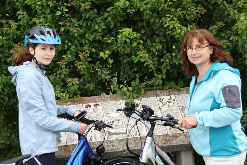 Radfahrerinnen mit Rädern von Radverleih Mürner